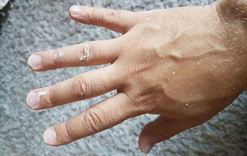 Miehen käsi